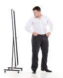 Hombre gordo que se admira en un espejo Fotografía de archivo libre de regalías
