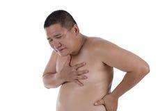 Hombre gordo que sufre de ataque del corazón o de dificultades de respiración Fotografía de archivo