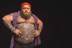 Hombre gordo serio que presenta con el abdomen grande Imagenes de archivo