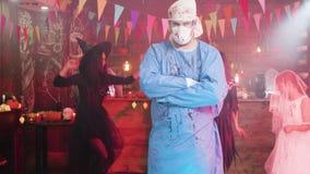 Hombre grande que parece asustadizo en un traje enojado de Halloween del médico metrajes