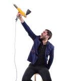 Hombre gritador con el arma del polvo imágenes de archivo libres de regalías