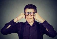 Hombre gritador del Headshot en vidrios Imagen de archivo libre de regalías