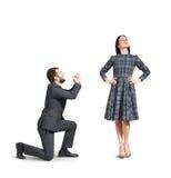 Hombre gritador que se disculpa a la mujer Imágenes de archivo libres de regalías