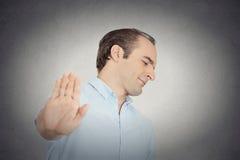 Hombre gruñón con la mala actitud que da charla al gesto de mano Fotos de archivo libres de regalías