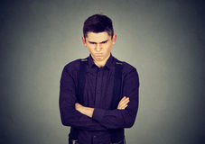 Hombre gruñón enojado que parece muy descontentado imagen de archivo