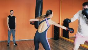 Hombre grueso y una lucha delgada de la mujer en guantes de boxeo Taladros de la pérdida de peso individual para el individuo gor almacen de metraje de vídeo