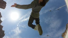 Hombre hacer tir?n acrob?tico sobre el fondo del cielo azul, c?mara lenta estupenda metrajes