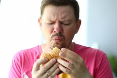 Hombre hambriento decepcionado imagenes de archivo
