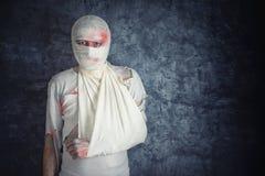 Hombre herido con los vendajes principales Imagenes de archivo