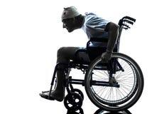 Hombre herido descuidado divertido en silla de ruedas Fotos de archivo