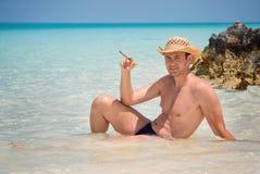 Hombre hermoso acertado feliz con el cigarro en la playa, Océano Atlántico, Cuba, Playa Pilar, Cayo Guillermo Imagen de archivo