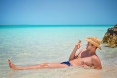 Hombre hermoso acertado feliz con el cigarro en la playa, Océano Atlántico, Cuba, Playa Pilar, Cayo Guillermo Imágenes de archivo libres de regalías