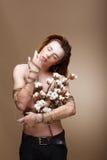 Hombre hermoso auténtico con las flores que se colocan en estudio Foto de archivo