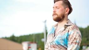 Hombre hermoso barbudo en estado meditativo almacen de video