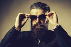 Hombre hermoso barbudo en gafas de sol fotos de archivo libres de regalías