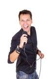 Hombre hermoso con el canto del micrófono Foto de archivo libre de regalías