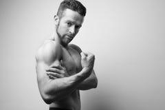 Hombre hermoso con el dolor del bíceps Imagenes de archivo