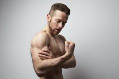 Hombre hermoso con el dolor del bíceps Imagen de archivo
