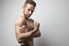 Hombre hermoso con el dolor del bíceps Fotografía de archivo