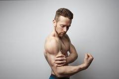Hombre hermoso con el dolor del bíceps Fotos de archivo