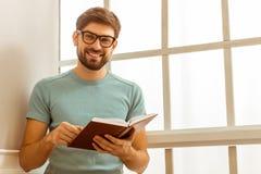 Hombre hermoso con el libro Foto de archivo libre de regalías