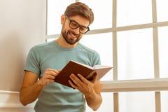 Hombre hermoso con el libro Fotos de archivo libres de regalías