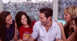 Hombre hermoso con el whisky que discute con las mujeres