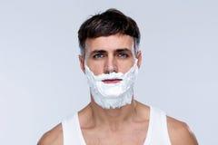 Hombre hermoso con espuma en cara Imagen de archivo libre de regalías