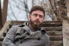 Hombre hermoso Hombre con la barba siente el parque del otoño imagenes de archivo
