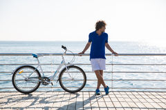 Hombre hermoso con la bicicleta que descansa al aire libre Foto de archivo