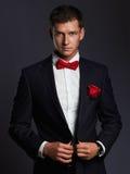 Hombre hermoso con la flor hombre del novio de los jóvenes en traje fotos de archivo libres de regalías