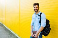 Hombre hermoso con la mochila en amarillo Imagenes de archivo