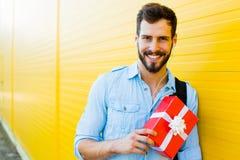 Hombre hermoso con la mochila en amarillo Fotografía de archivo libre de regalías