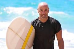 Hombre hermoso con la tabla hawaiana Foto de archivo libre de regalías
