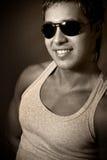 Hombre hermoso con las gafas de sol fotografía de archivo libre de regalías