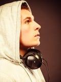 Hombre hermoso con los auriculares que escucha la música Imagen de archivo libre de regalías