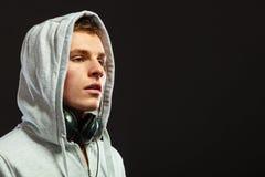 Hombre hermoso con los auriculares que escucha la música Imagenes de archivo