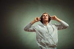 Hombre hermoso con los auriculares que escucha la música Fotos de archivo libres de regalías