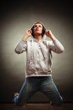 Hombre hermoso con los auriculares que escucha la música Fotografía de archivo