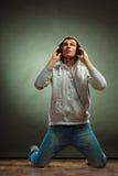 Hombre hermoso con los auriculares que escucha la música Imagen de archivo