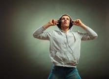 Hombre hermoso con los auriculares que escucha la música Foto de archivo libre de regalías