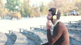 Hombre hermoso con los auriculares que escucha la música almacen de video