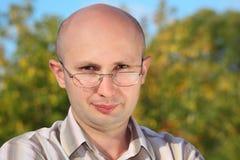 Hombre hermoso con los vidrios en parque de la caída Fotografía de archivo libre de regalías