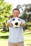Hombre hermoso con una bola fotografía de archivo