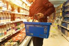 Hombre hermoso con una cesta en el supermercado Fotografía de archivo