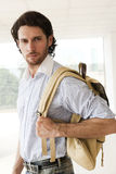 Hombre hermoso con una mochila Imagenes de archivo