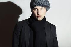Hombre hermoso de moda en bufanda negra Muchacho elegante en sombrero Hombre joven moda casual de la primavera Imagenes de archivo