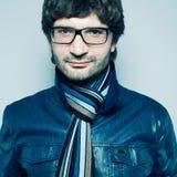 Hombre hermoso de moda en gafas de moda Imagenes de archivo
