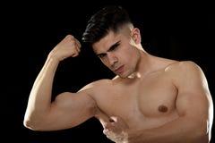 Hombre hermoso del deporte que presenta con el torso desnudo fuerte que mira concepto de cuerpo desafiante fresco del ajuste Imagen de archivo libre de regalías