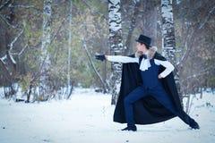 Hombre hermoso del elegantyoung con el estoque, al aire libre Imagenes de archivo